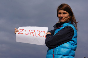 Back from her second tour in Brazil julakim stands out with ZURÜCKhaltung.